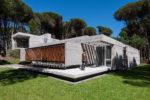 Admirez Galatea House! une maison de vacances en béton située à Cariló, en Argentine